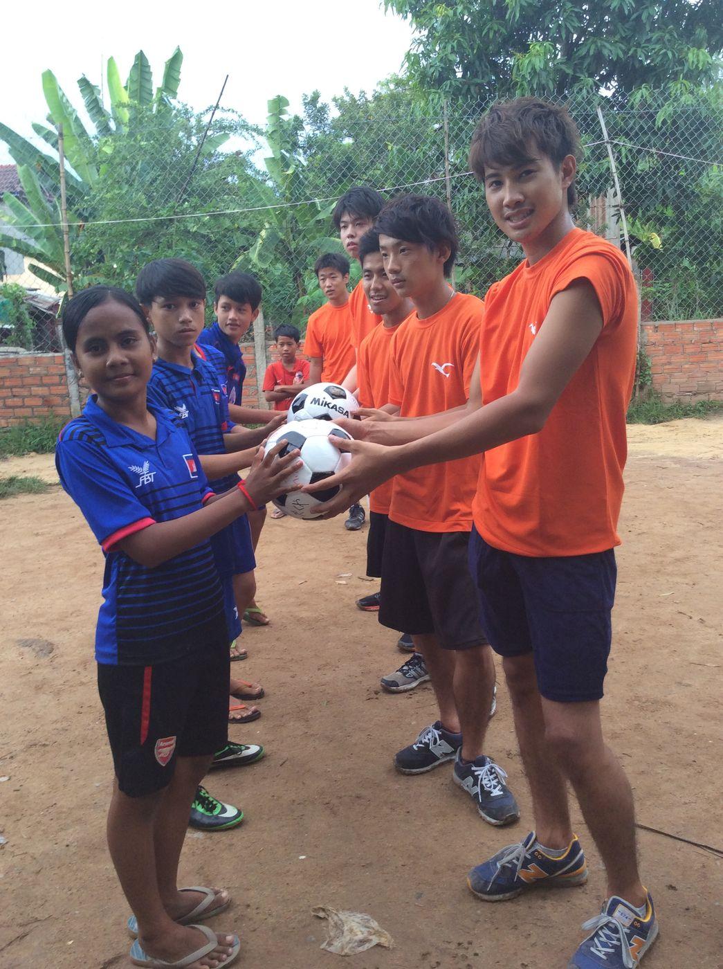 神戸学院大学の学生からボールのプレゼント