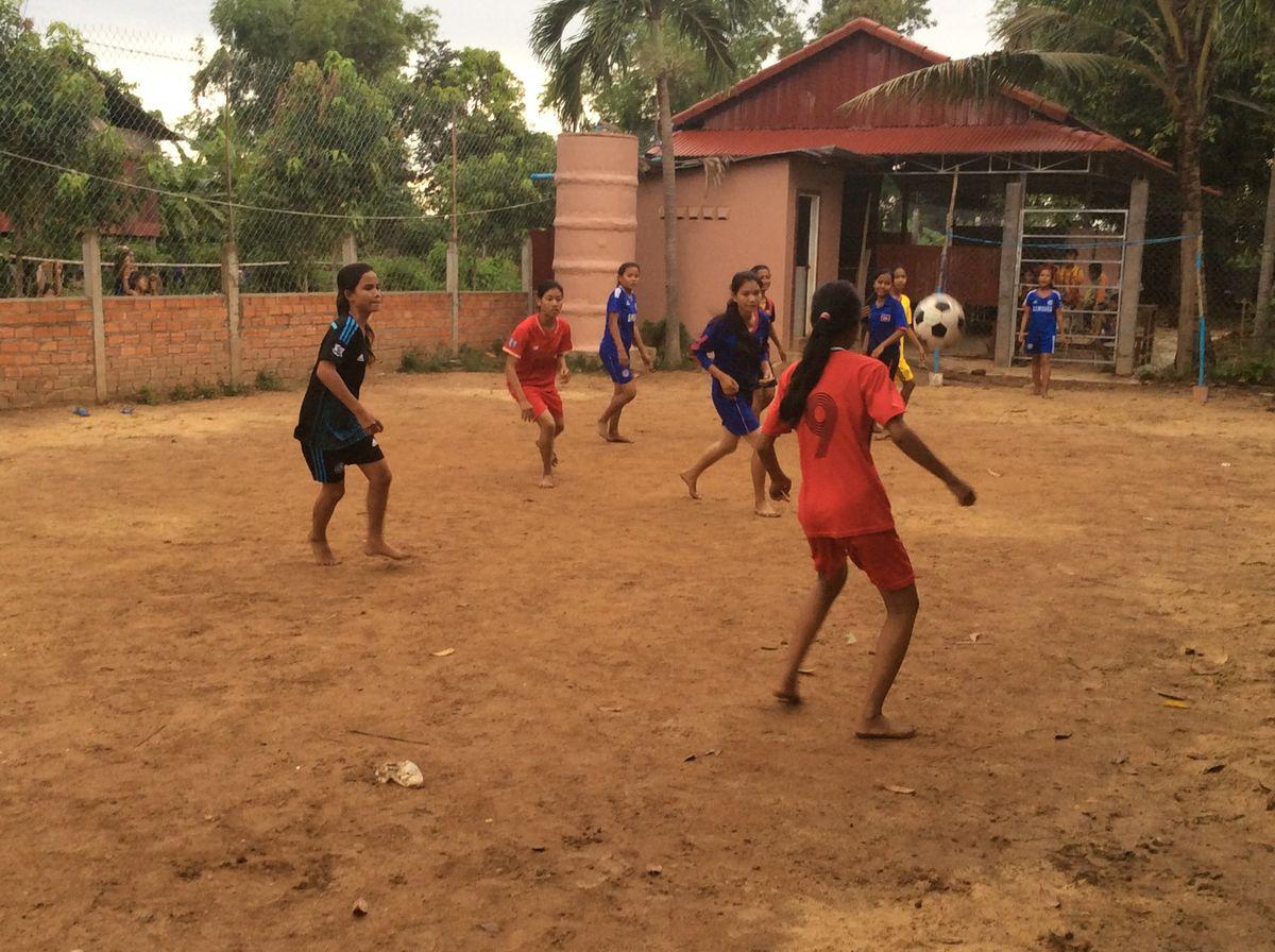 女子サッカーの簡易試合風景