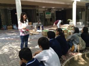 休憩タイムのときに、中学生たちにカンボジアという国を紹介していたタイ・キムホーンさん